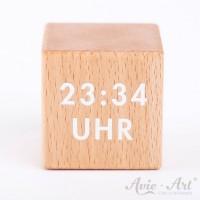 Holzwürfel mit einer Uhrzeit - weiße Schrift auf Holzwürfel