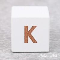 Würfel weiß mit Buchstabe - positive Gravur K