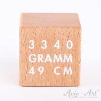 Holzwürfel mit Gewicht und Größe eines Babys - weiße Schrift auf Holzwürfel