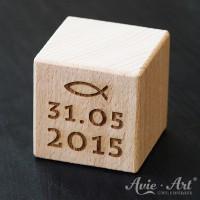 Holzwürfel mit Taufdatum und Christenfisch