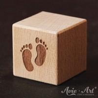Holzwürfel Motiv graviert Babyfüße