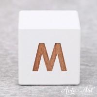 Würfel weiß mit Buchstabe - positive Gravur M
