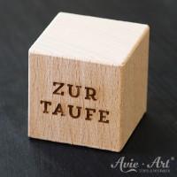 Holzgravur auf einem Würfel - Freitext