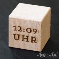 Holzwürfel mit aufgravierter Uhrzeit