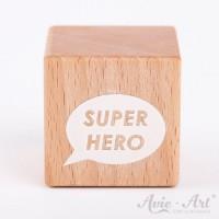 Holzwürfel mit einer Sprechblase und Super Hero Schriftzug weiße Farbe handbemalt